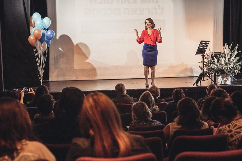טלי פיירשטיין בהרצאה